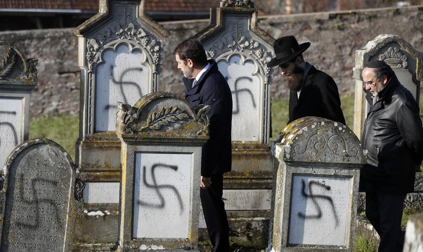 Pichações de suásticas têm sido feitas em túmulos de cemitérios na França. (Foto: Jean-Francois Badias/AP)