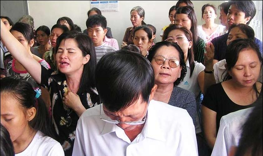 Cristãos participam de culto no Vietnã. (Foto: chretiens.info)