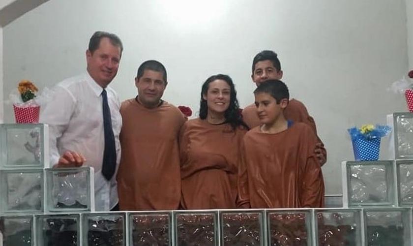 Família Xavier após batismo na Igreja Adventista do distrito da Praia do Cassino, no RS. (Foto: Notícias Adventistas)