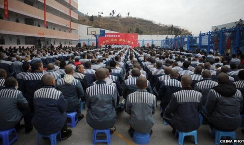 Prisioneiros na China assistem a programações que visam sua doutrinação ao sistema comunista. (Foto: BBC)