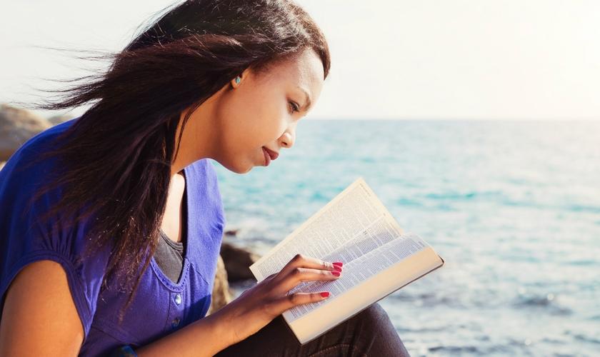 Leitura da Bíblia tem sido considerada algo desafiador e de relativa dificuldade de entendimento para mais da metade dos cristãos dos EUA. (Foto: Getty Images)