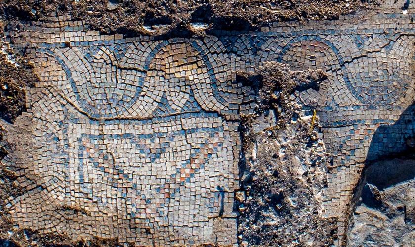 Chão de mosaico da igreja antiga encontrada por arqueólogos. (Foto: Alex Wiegmann/Autoridade de Antiguidades de Israel)