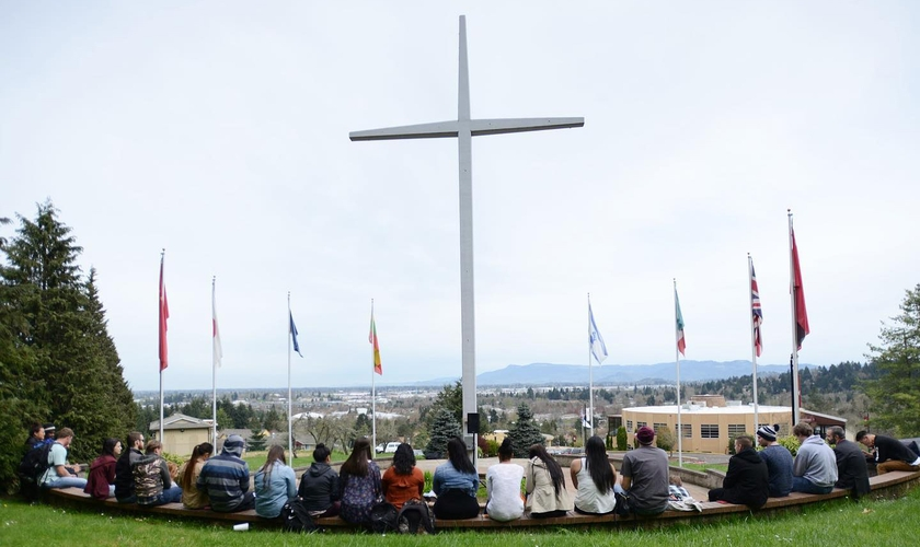 A cruz está no campus da faculdade New Hope desde 1964, em Oregon. (Foto: New Hope Christian College)