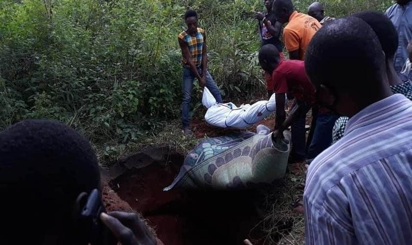 Membros da Igreja Batista Bethel enterram alguns dos corpos das 14 vítimas assassinadas em ataque recente de terroristas armados Fulani, na Nigéria. (Foto: Facebook / All Africa Baptist Fellowship)