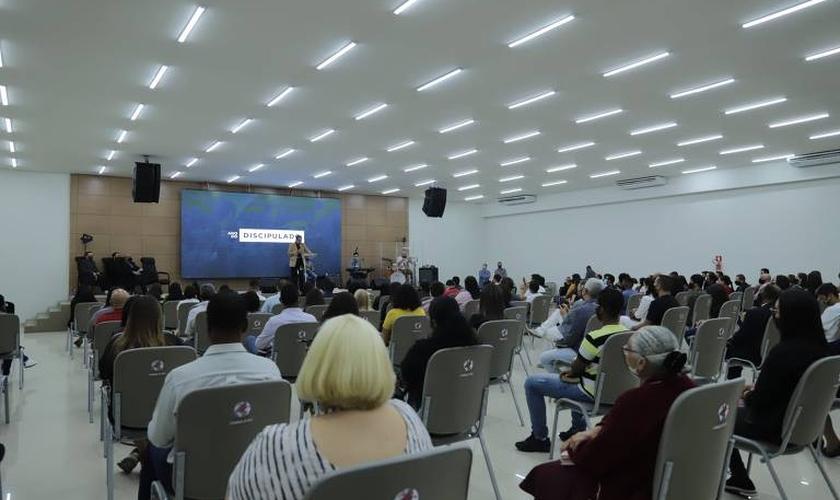 Culto realizado pela Igreja AD Vitória em Cristo, em Santo André, SP, respeitando o distanciamento social e o uso de máscaras. (Foto: UOL)