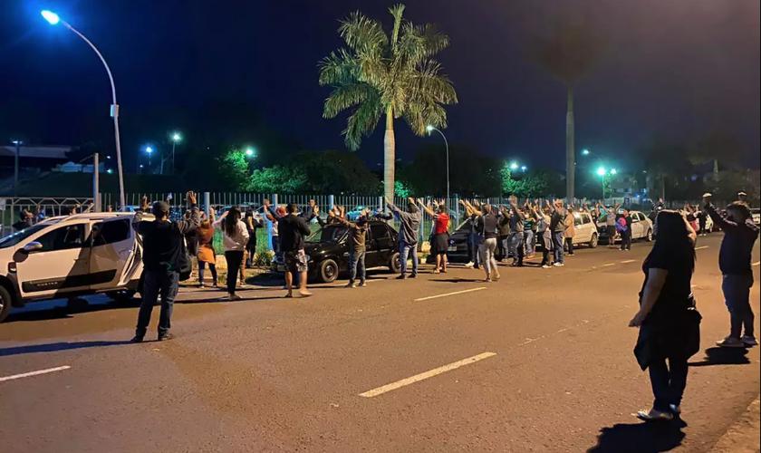 Cristãos oram em frente ao Hospital Regional de Campo Grande. (Foto: Divulgação)