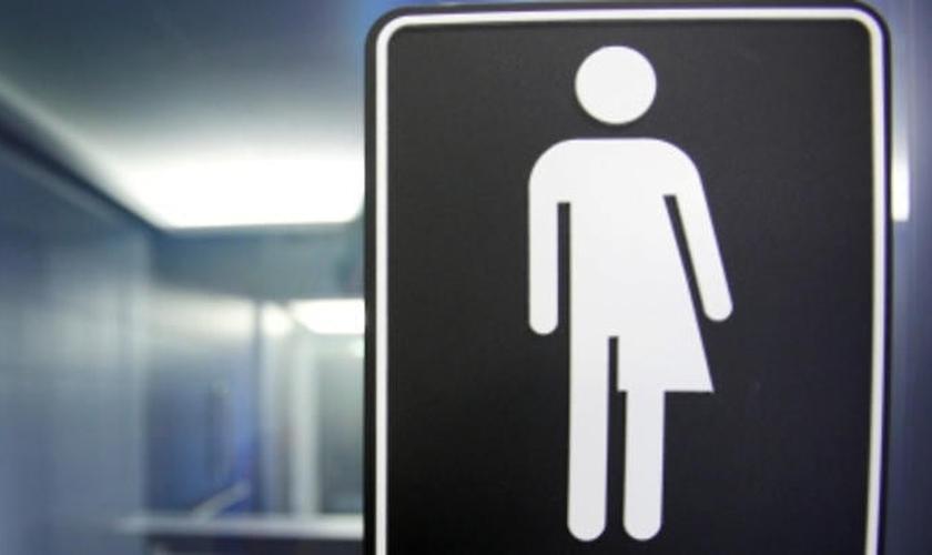 """O uso de banheiros conforme a """"identidade de gênero"""" tem gerado grandes debates em diversos países do mundo, devido aos perigos que traz consigo. (Foto: SBS)"""