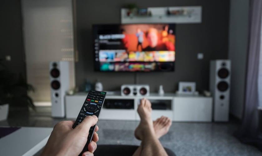 Para lidar com a pandemia, maioria dos cristãos preferem se entreter na TV do que ler a Bíblia. (Foto: Getty Images)