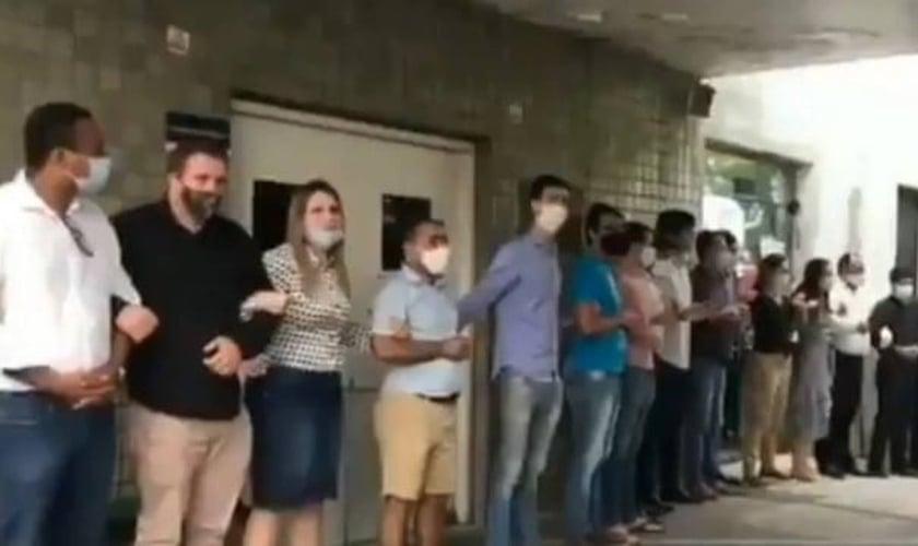 Grupo pró-vida durante manifestação em frente ao hospital em Recife. (Foto: Reprodução)