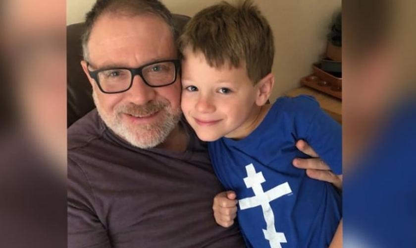 James Younger (direita) está travando uma batalha judicial para impedir que sua ex-esposa transforme seu filho de 8 anos em uma menina. (Foto: Facebook / Save James)