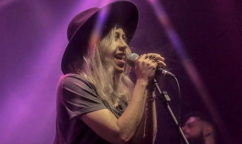 """Julliany Souza é vocalista da banda Casa Worship e interpretou a nova versão da música """"Preciso de Ti"""", lançada pelo grupo. (Foto: Divulgação)"""
