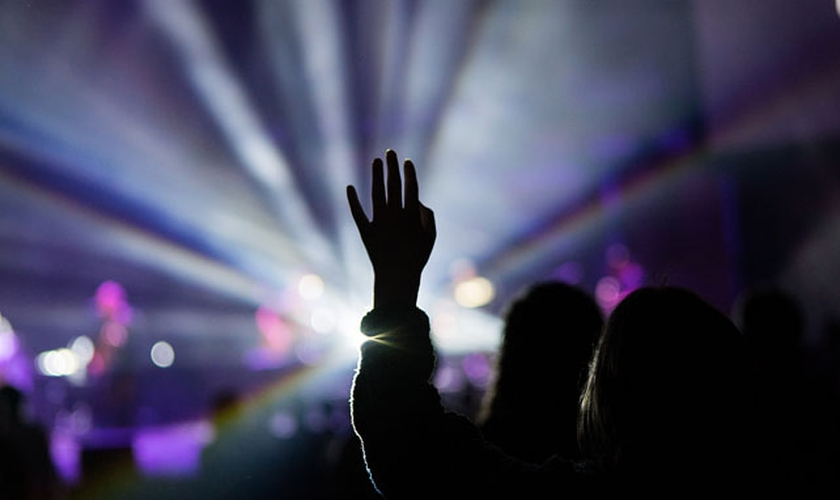 Imagem ilustrativa de momento de adoração. (Foto: Creative Market/Brimstone Creative)