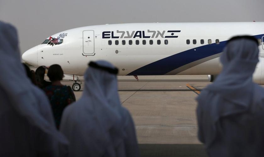 Os voos de Israel para os Emirados Árabes Unidos poderão cruzar o espaço aéreo da Arábia Saudita. (Foto: Reuters/Christopher Pike)