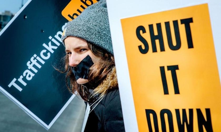 A expressão 'Trafficking Hub' está sendo usada na campanha que exige o fechamento da grande plataforma de pornografia 'PornHub', após o site ter sido acusado de permitir e ajudar a promover a exploração sexual e abuso de menores. (Imagem: PR Newswire)