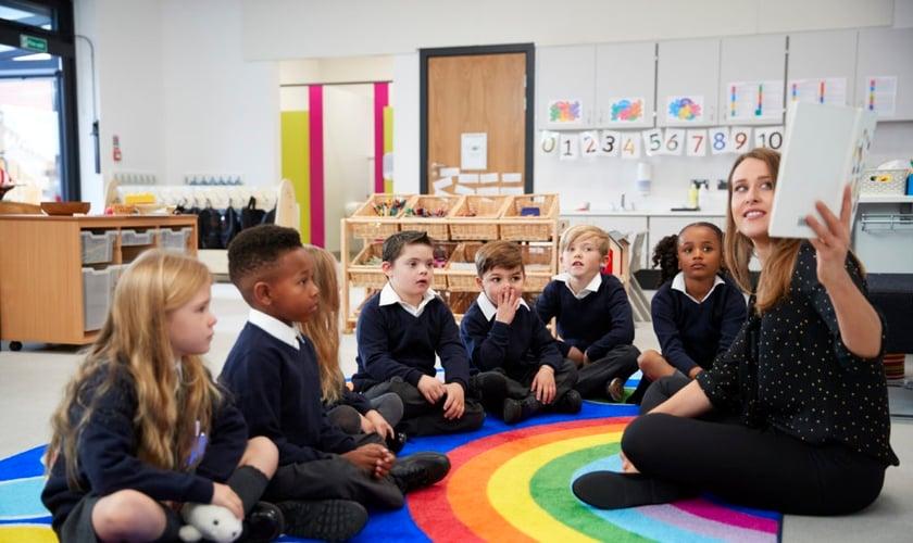 Crianças da Inglaterra terão aulas que incluem conteúdos como casamento gay. (Foto: Stock photo via Elements Envato)