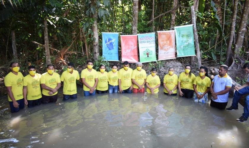Treze pessoas foram batizadas em comunidade do Pará, sendo 10 da mesma família. (Foto: Missões Nacionais)
