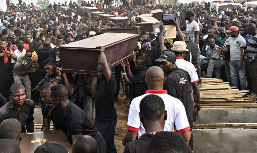 Enterro em massa na Nigéria revela a gravidade da violência promovida por grupos terroristas no país. (Foto: Pius Utomi Ekpei / AFP / Getty Images)