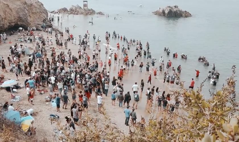 Centenas de pessoas foram batizadas em Newport Beach, na Califórnia. (Foto: Reprodução/Calvary Chapel Church)