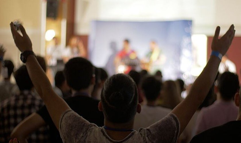 O rápido crescimento do cristianismo no Irã tem sido notável, a ponto de deixar até mesmo autoridades do governo islâmico do país preocupadas. (Foto: Facebook / Elam Ministries)