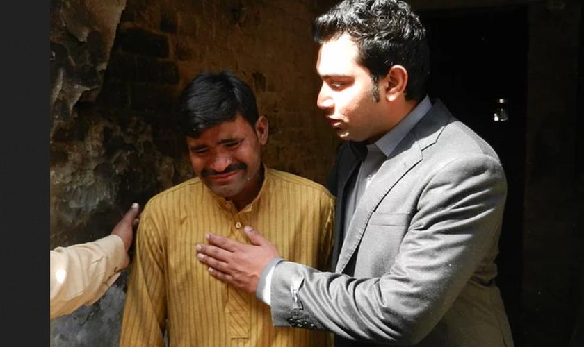 Homem recebe oração ao entregar vida a Jesus. (Foto: Reprodução / Pakistan Outreach)