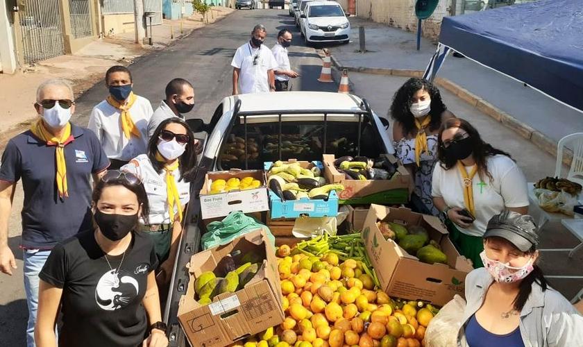 Voluntários da Igreja Adventista exibem itens arrecadados. (Foto: Divulgação)