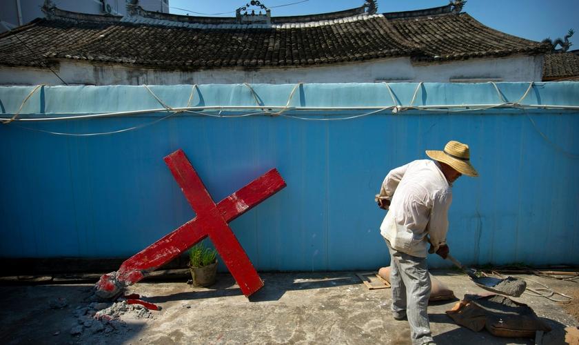 Cruz que foi derrubada por funcionários do governo chinês em uma igreja protestante no vilarejo de Taitou, na província de Zhejiang, em 2015.  (Foto: Mark Schiefelbein / Associated Press)