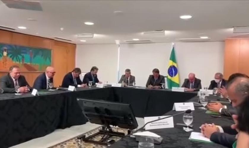 A oração foi conduzida pelo pastor, professor e ministro da educação, Milton Ribeiro. (Imagem: Facebook / Reprodução)