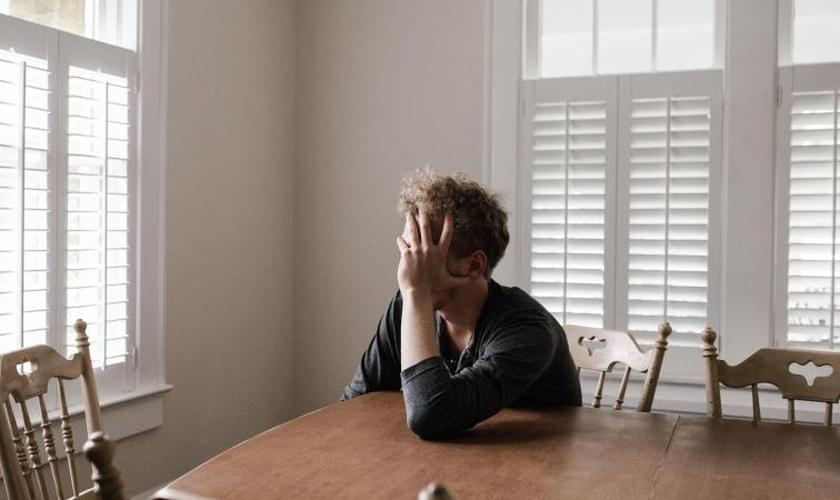 Quadros de ansiedade e depressão têm sido agravados durante o cumprimento das medidas de lockdown. (Foto: New Indian Express)