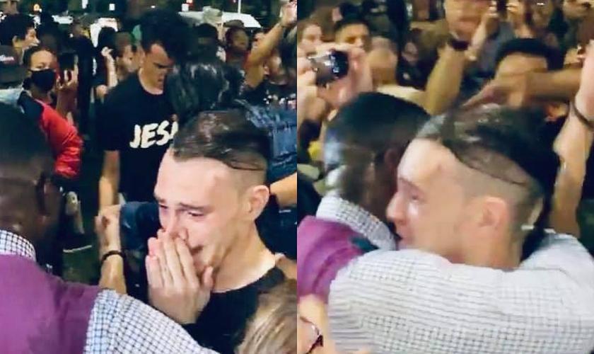 O jovem manifestante aceitou Jesus durante adoração ao ar livre em Chicago, nos EUA. (Foto: Sean Feucht)