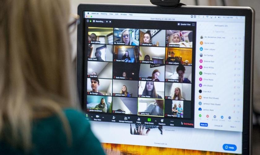 Imagem ilustrativa. Professora em videoconferência com alunos pelo Zoom. (Foto: Emily Haney/Journal Star)