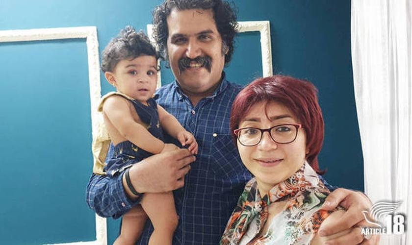 Sam Khosravi e Maryam Falahi adotaram a pequena Lydia, mas tiveram a guarda sobre a menina retirada, após serem considerados 'inaptos' a criar a menina, por causa da fé do casal em Jesus. (Foto: Artigo 18)