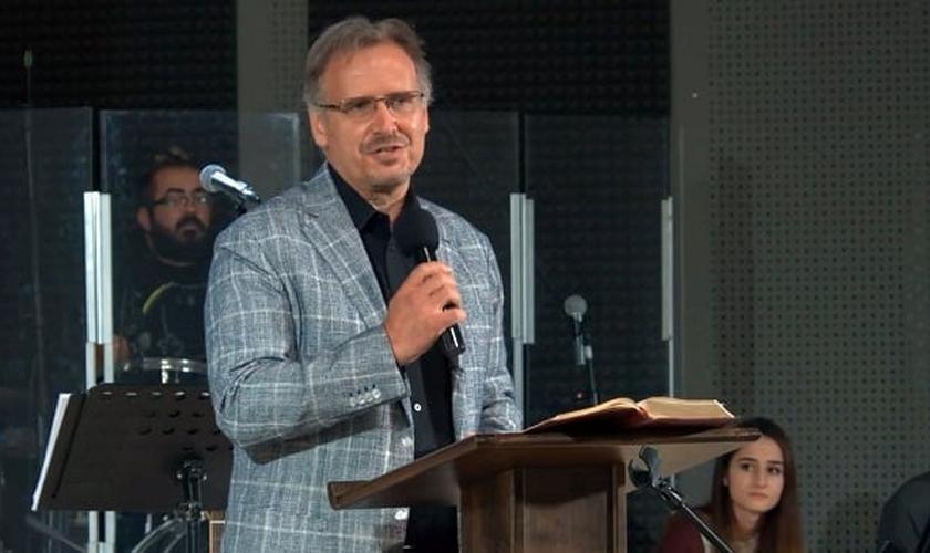 O pastor Theodor Oprenov liderou o devocional bíblico durante o Dia Nacional de Oração de 2020 na Bulgária. (Imagem: Evangelical Focus)