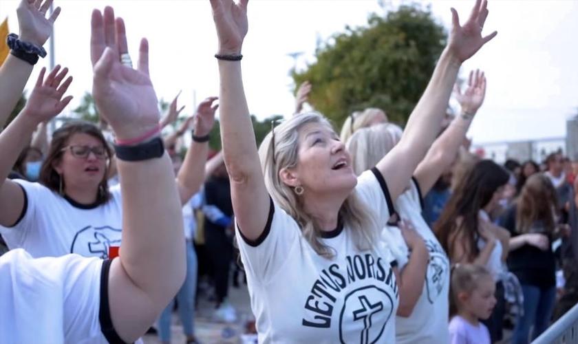 Milhares de pessoas têm se reunido para louvar e orar em momentos organizados pelo ministro de louvor Sean Feucht. (Foto: Let Us Worship / Reprodução)