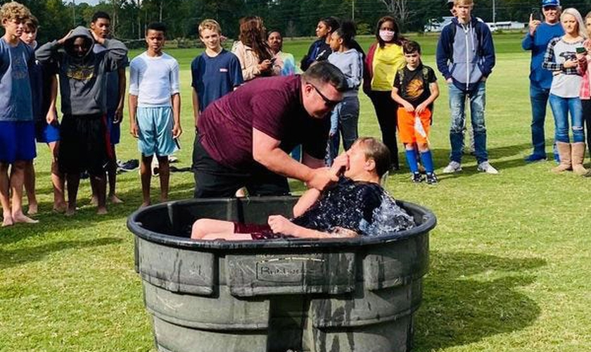 Jogadores de futebol americano são batizados em treino nos EUA. (Foto: Gadsden Times)