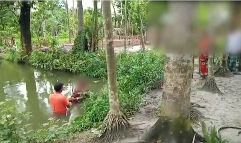 Os rostos das pessoas batizadas foram ocultados para preservar a segurança desses cristãos que sofrem com a perseguição religiosa em Bangladesh. (Imagem: Portas Abertas / Youtube / Reprodução)