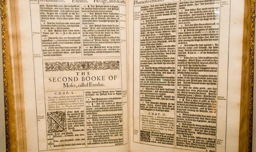 Primeira edição da Bíblia King James, um dos livros mais importantes para a língua inglesa. (Foto: Flickr)