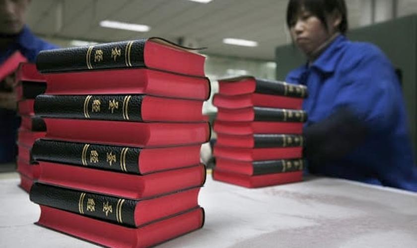 Bíblias impressas em chinês na fábrica da Amity Printing, maior produtora de Bíblias na China. (Foto: Reuters/Nir Elias)