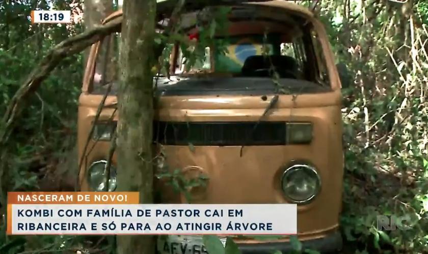 Família de pastor sobrevive a queda de Kombi em ribanceira em Londrina. (Foto: Cidade Alerta/Ric Mais)