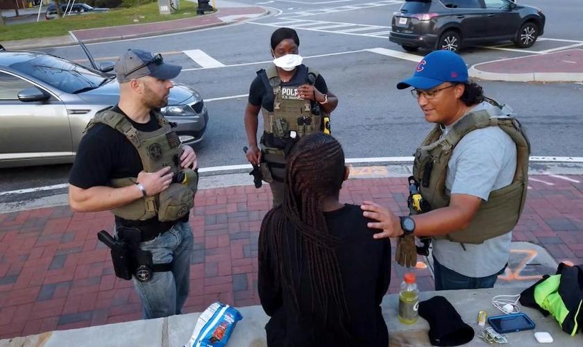 Investigadores conversam com menina resgatada de traficantes, após ação dos 'US Marshals', nos EUA. (Foto: CBN News)