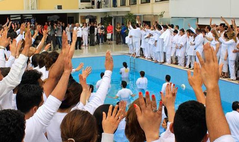Centenas de pessoas se batizam em ação coletiva antes da pandemia, no Irã. (Foto: Elam Ministries)