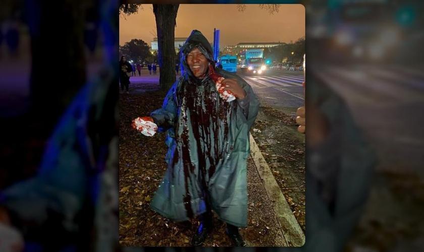 """Dr. Charles Karuku ajudou a organizar o """"Let Us Worship"""" em Washington e foi atacado com um balde de sangue, derramado sobre ele por um manifestante satanista. (Imagem: Facebook)"""