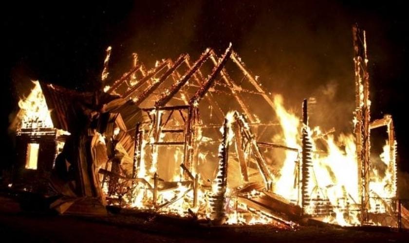 O pastor Badal Day e sua esposa tiveram sua casa e a igreja que ele lidera incendiadas por 25 homens armados, membros de uma gangue local, em Bangladesh. (Foto: S4C News)