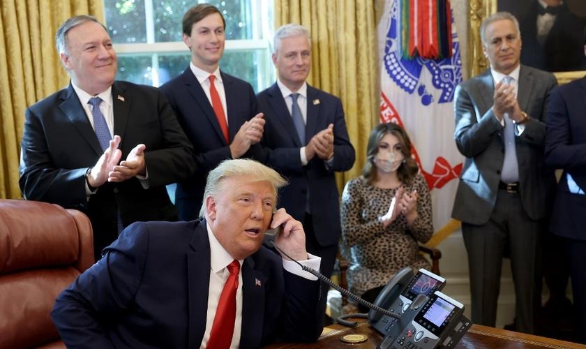 Presidente americano Donald Trump em ligação com o primeiro-ministro de Israel, Benjamin Netanyahu, na Casa Branca, em 23 de outubro de 2020. (Foto: Win McNamee/Getty Images/AFP)