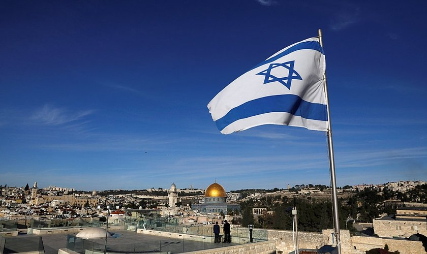 Bandeira de Israel hasteada na Cidade Velha de Jerusalém. (Foto: Ronen Zvulun/Reuters)