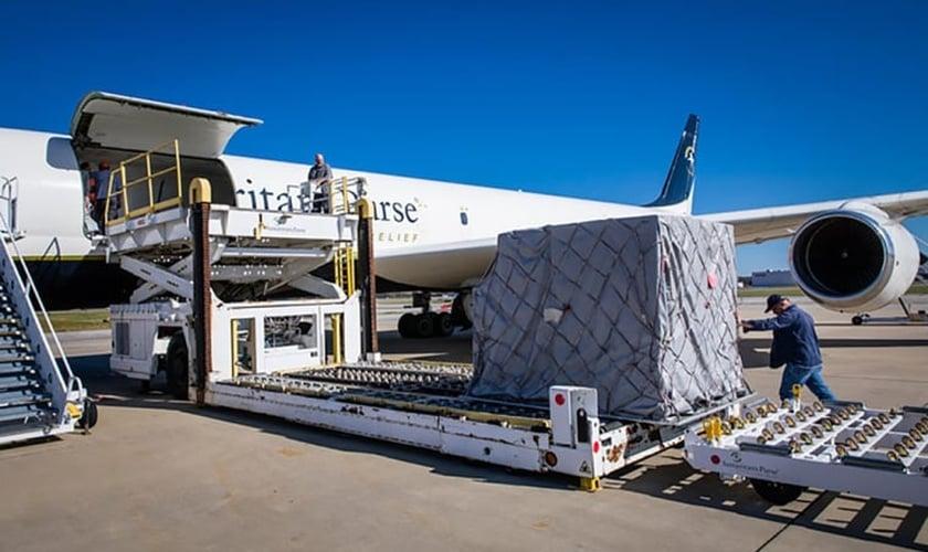 Avião da organização de ajuda humanitária 'Bolsa do Samaritano' foi enviado à Armênia, com 11 toneladas de suprimentos para civis deslocados internamente pela guerra. (Foto: Samaritan's Purse)