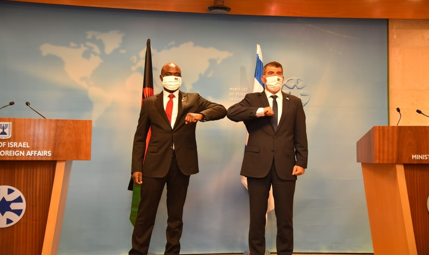 Ministro das Relações Exteriores de Israel, Gabi Ashkenazi (à direita) e seu homólogo do Malawi, Eisenhower Mkaka, no Ministério das Relações Exteriores em Jerusalém, em 3 de novembro de 2020. (Foto: Avo Ohayun / GPO)