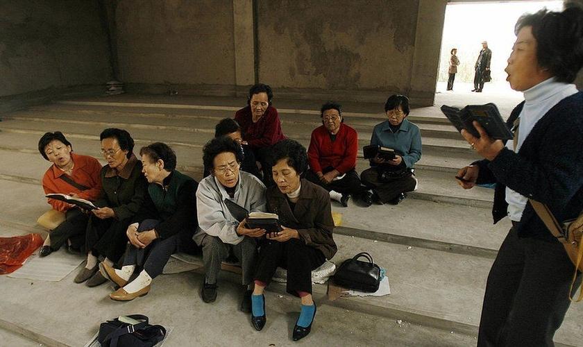Cristãos étnicos coreanos cantam hinos em Yanji, na fronteira entre a China e a Coreia do Norte. (Foto: PETER PARKS/AFP/GETTY IMAGES)