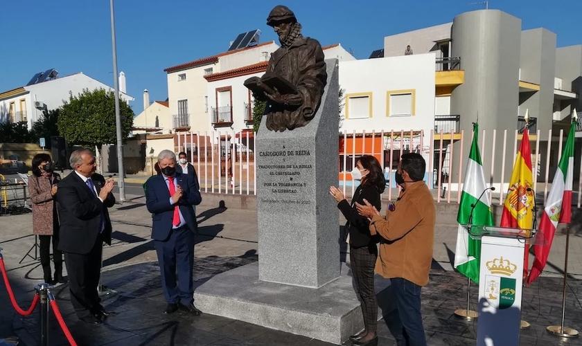 Inauguração da estátua de Casiodoro de Reina, em Santiponce, na Espanha. (Foto: Governo da Andaluzia)