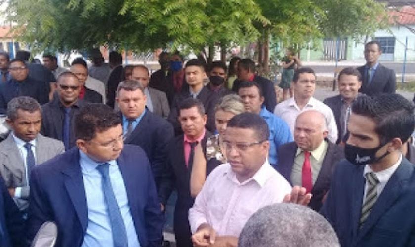 O pastor Natanael Diogo Santos (paletó e gravata azul) foi preso por realizar um culto a céu aberto no Maranhão. (Imagem: Redes Sociais)