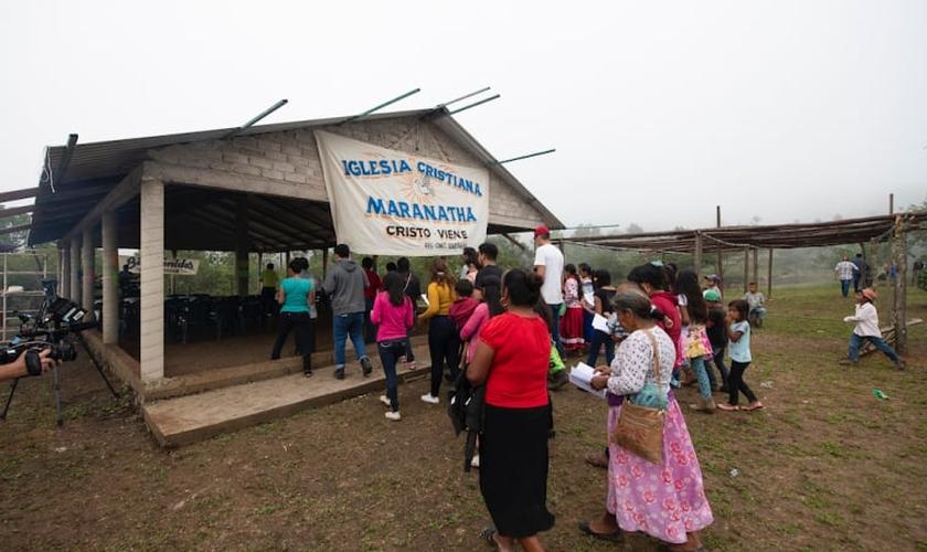 Moradores de uma comunidade vão a uma igreja em La Laguna, no México. (Foto: Samaritan's Purse)